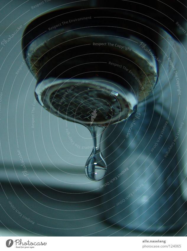 just hanging there blau Wasser kalt grau hell glänzend nass Perspektive Kreis rund Tropfen Bad unten Flüssigkeit feucht Schifffahrt