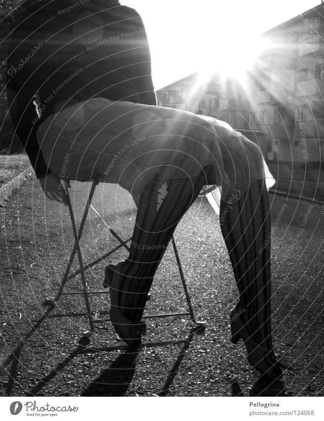 sitting, waiting, wishing Frau Kleid Strümpfe Pullover Block Licht Schuhe Damenschuhe gefangen Hand Beine Straße Schwarzweißfoto Sonne Beleuchtung Treppenabsatz