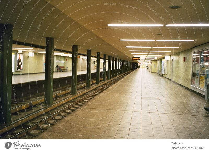U-Bahn-Perspektive Licht Untergrund leer Nacht Öffentlicher Personennahverkehr Verkehrsmittel Schacht Geschwindigkeit Tunnel Europa Lampe Pendler Menschenleer