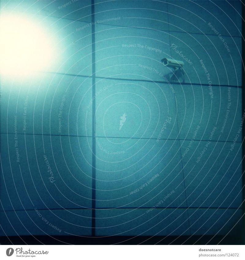 Supervision. Beton Kontrolle Überwachung Überwachungskamera Leipzig spionieren Überwachungsstaat Lomografie Vignettierung Lichterscheinung blau überwachen