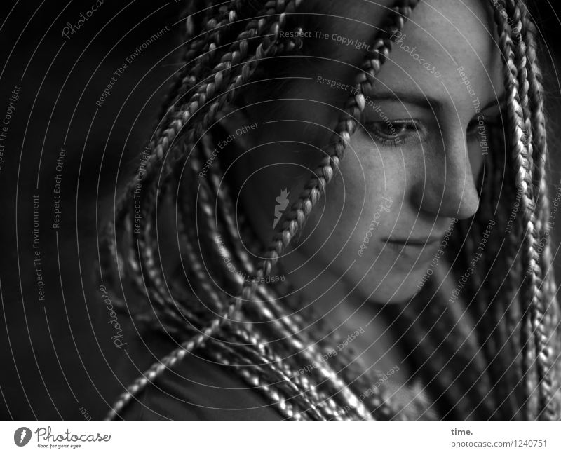. feminin Frau Erwachsene 1 Mensch blond langhaarig Rastalocken beobachten Denken Blick warten schön Vertrauen Sicherheit Schutz Verschwiegenheit Wachsamkeit