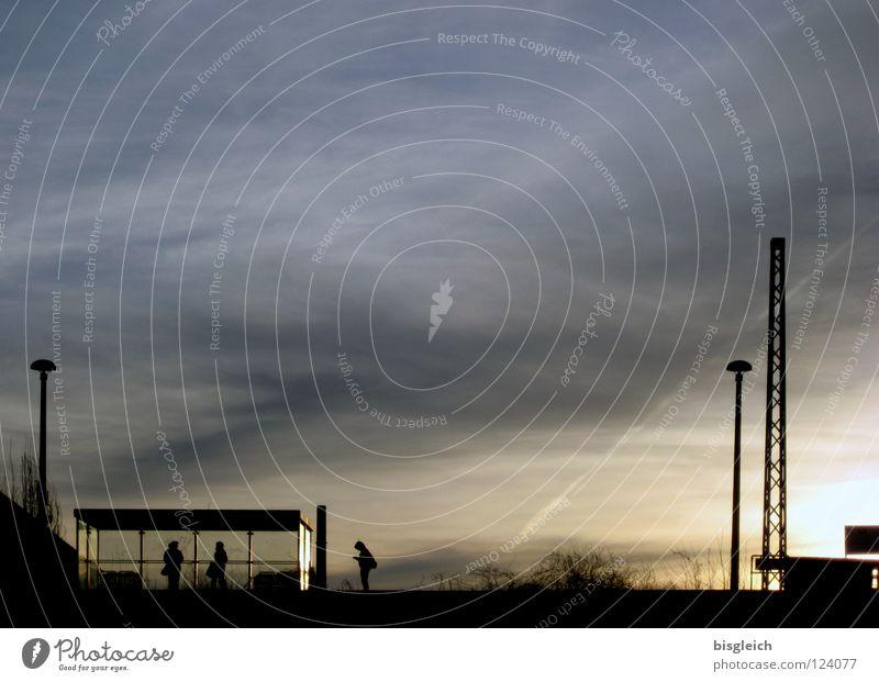 Ostkreuz (Berlin) III Farbfoto Außenaufnahme Textfreiraum oben Abend Licht Schatten Gegenlicht Sonne Himmel Wolken Deutschland Europa Hauptstadt Bahnhof S-Bahn