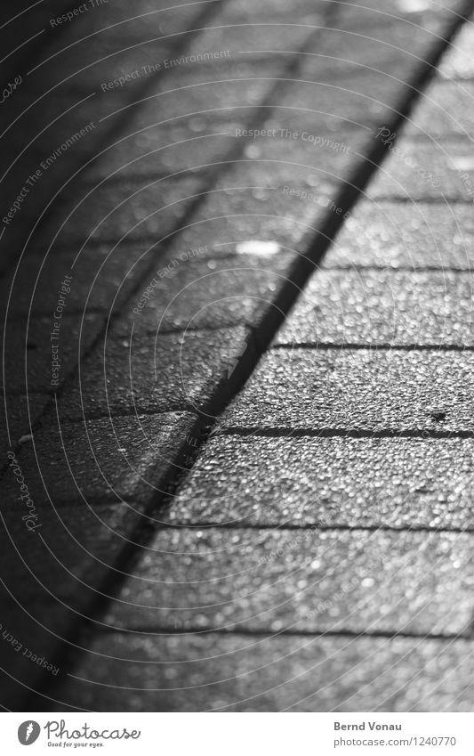 … auf dem Weg Fußgänger Wege & Pfade Stadt Pflasterweg Pflastersteine Stadtzentrum Fußgängerzone Fuge Linie Perspektive aufsteigen dreckig rau schimmern