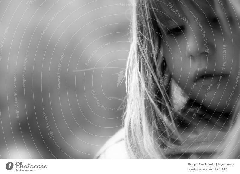 Allein... Schüler aufreizend Kindergarten Trauer schwarz weiß Porträt niedlich süß Freundlichkeit zierlich frech Verschmitzt Kleinkind schön Verzweiflung