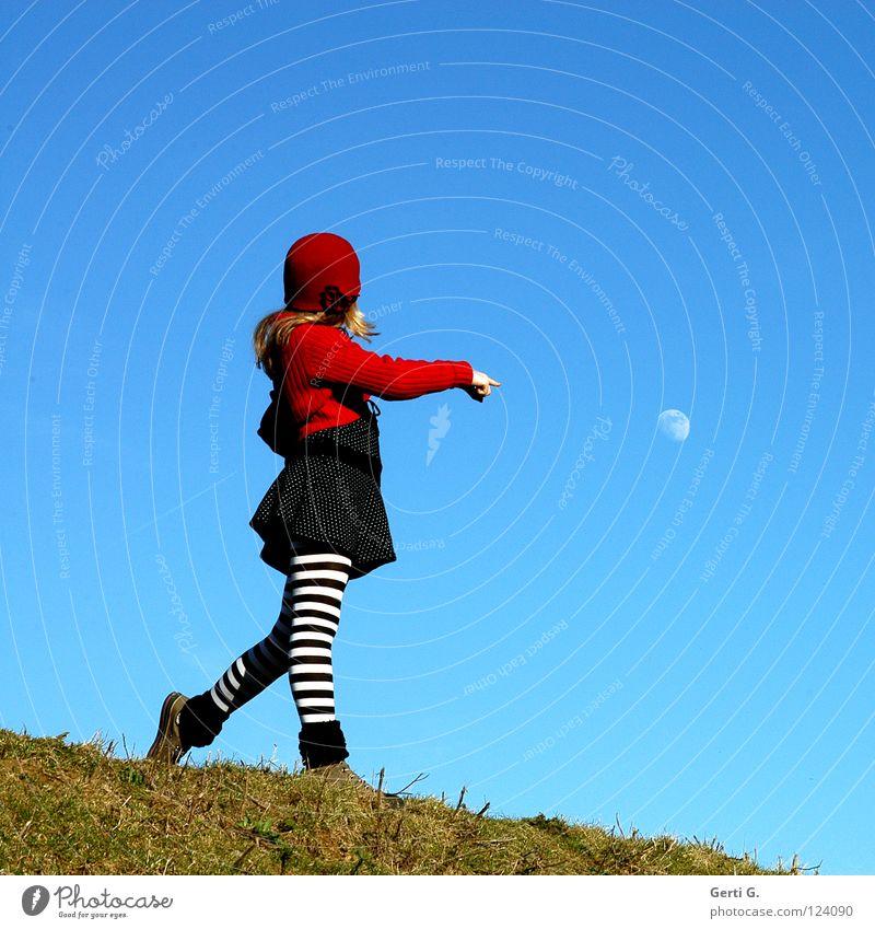 Mondmädchen himmlisch Mädchen mehrfarbig himmelblau rot Strickjacke Baseballmütze Mütze Gras grün Wiese Hügel Strumpfhose gestreift Kleid gepunktet Chucks blond