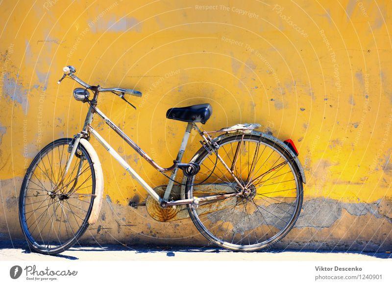 Altes Fahrrad gegen die Wand zu Hause Leben Ferien & Urlaub & Reisen Stadt Verkehr alt retro gelb rot schwarz weiß Farbe urban Antiquität anlehnen Hintergrund