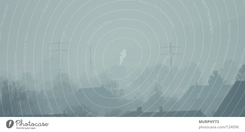 Schatten im Nebel Baum Haus Wald Herbst grau Industrie Strommast Draht Leitung Hochspannungsleitung dunkelgrau