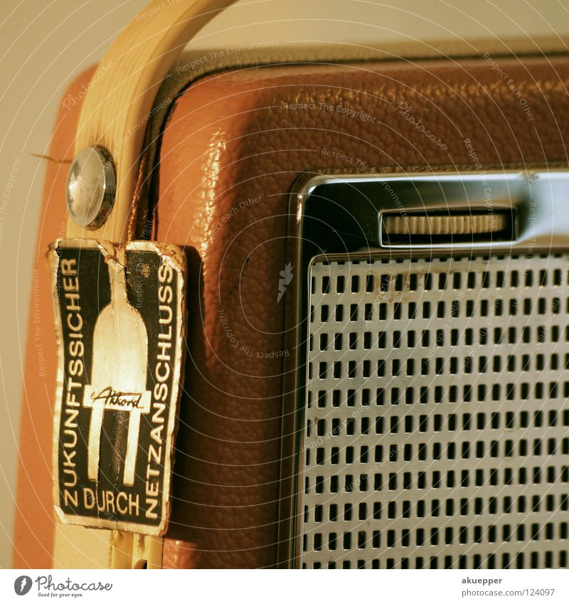 Zukunftsmusik retro Elektrisches Gerät Musik Leder Lautstärke Lautsprecher Griff Tragegriff braun old-school Trödel Radio Konzert Entertainment