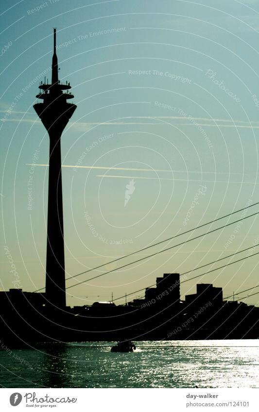 Aufrecht Sender Gebäude Antenne Reflexion & Spiegelung Haus Wasserfahrzeug Seeweg Reflektor Wolken Wahrzeichen Denkmal Himmel Brücke Turm building Strommast