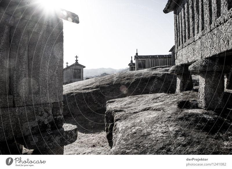 Hórreos - Speicher für Feldfrüchte Ferien & Urlaub & Reisen Tourismus Ausflug Sightseeing Berge u. Gebirge wandern Umwelt Landschaft Hügel Felsen Dorf
