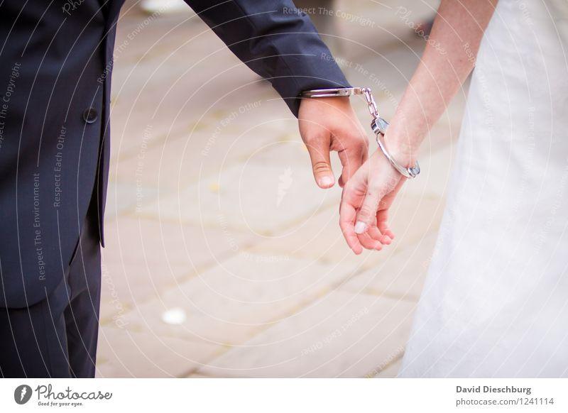 Gefunden und verbunden Mensch Hand Leben Liebe feminin Spielen Glück Paar Zusammensein maskulin Zufriedenheit Fröhlichkeit Hochzeit Kleid Veranstaltung