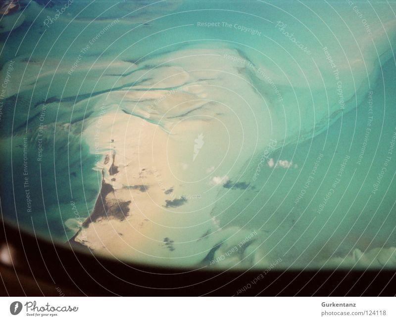 Wölkchen über den Bahamas Wasser Meer Wolken oben Küste Flugzeugfenster Luftverkehr Bucht türkis Kuba Fensterblick Bahamas Flugzeugausblick