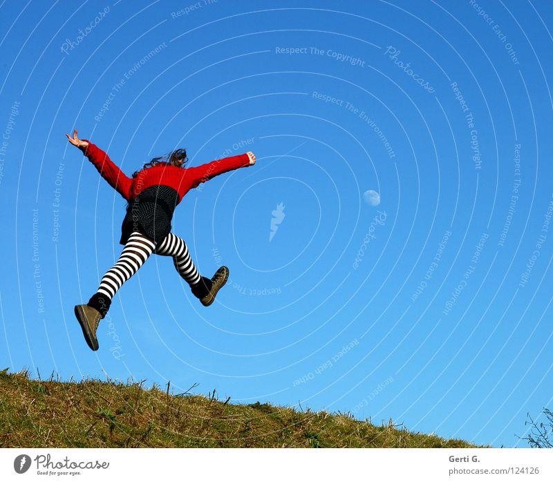 last minute Kind Himmel Jugendliche blau grün rot Mädchen Freude schwarz Wiese Gras springen Beine Schuhe gehen fliegen