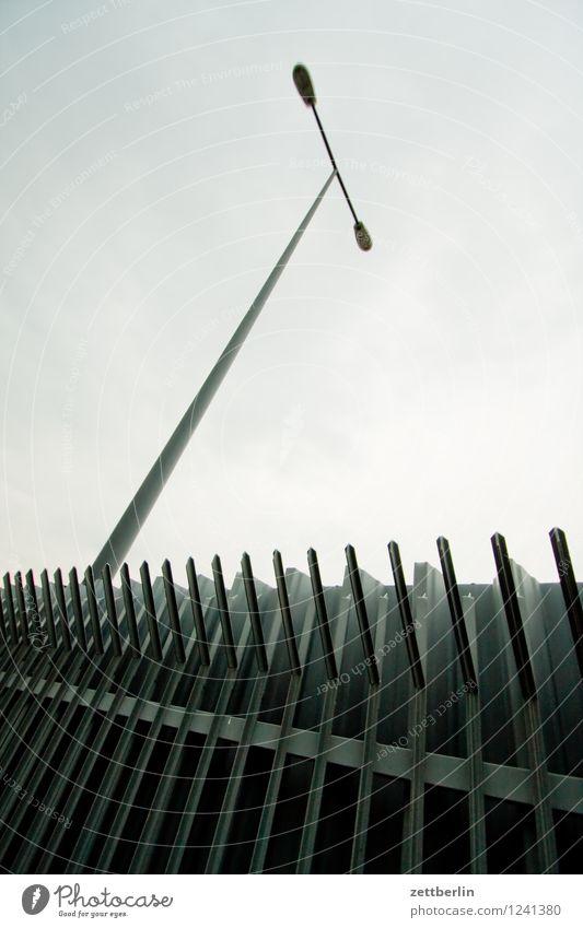 Willkommenskultur Berlin Stadt Stadtleben Zaun Metall Metallzaun Barriere Spitze Grenze Ausgrenzung Begrenzung Grenzanlage Nachbar Feindschaft Sicherheit