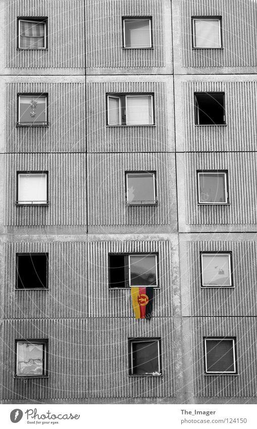Nostalgie Fahne Wiedervereinigung Wappen Deutsche Flagge Plattenbau Osten Deutschland grau Wohnung Fenster Ostalgie Vergangenheit historisch Kommunismus