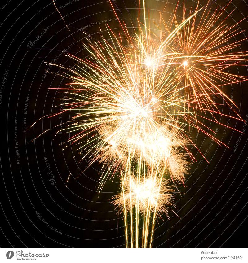 ooooh, aaaah Himmel Farbe Freude dunkel schwarz Feste & Feiern hell glänzend Nebel Stern (Symbol) Rauch Silvester u. Neujahr Feuerwerk brennen Umweltverschmutzung aufsteigen