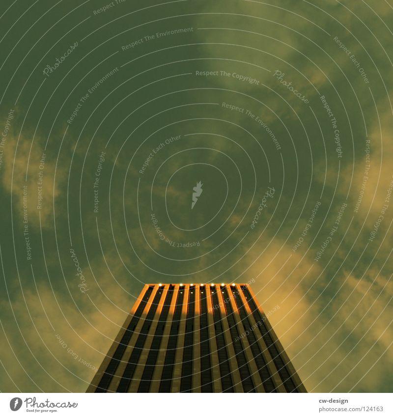 H I G H T O W E R Architektur Hochhausfassade vertikal aufwärts himmelwärts Froschperspektive Zentralperspektive Freisteller Vor hellem Hintergrund Grünstich