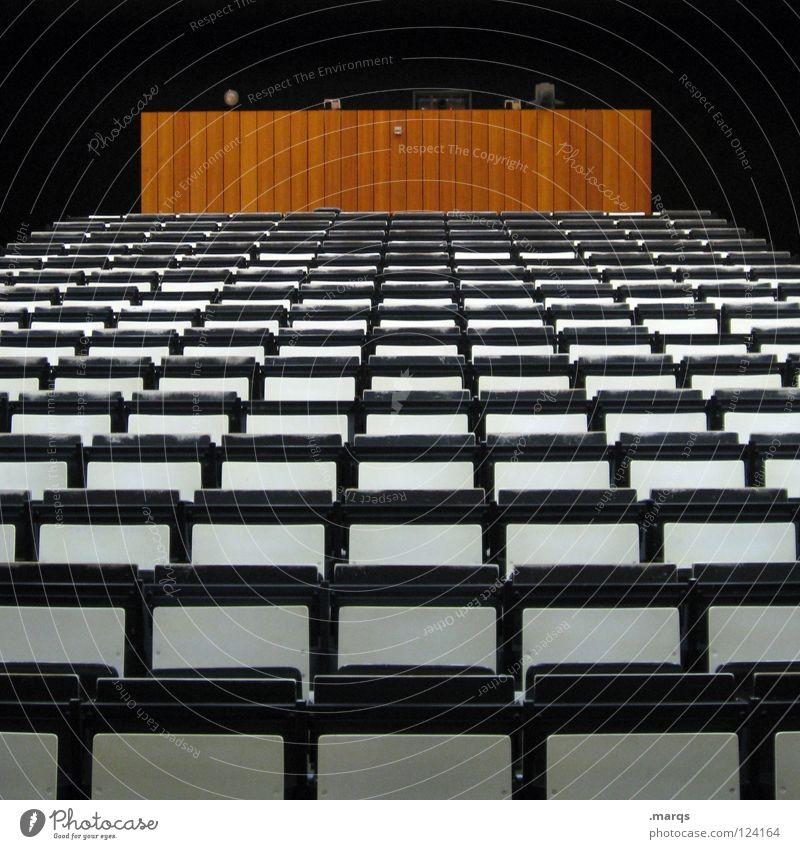 Semesterende Stuhl Holz Holzbank Audimax Raster Rede Ziel Sitzreihe Studium Bestuhlung weiß anmelden Steigung leer Erwartung Veranstaltung schwarz dunkel