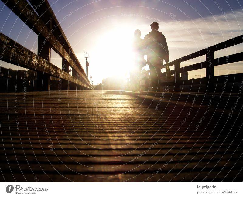 Lebensabend Mensch schön Himmel Sonne Meer Senior Gefühle Holz Paar Stimmung Brücke Spaziergang Steg Ruhestand Ostsee