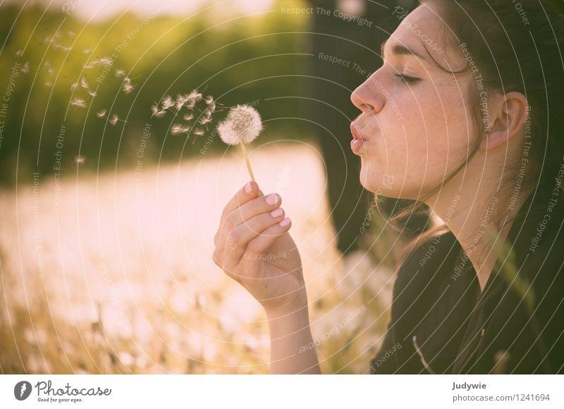 Kindheitserinnerung | Pusteblumenpusten Mensch Natur Ferien & Urlaub & Reisen Jugendliche Pflanze schön Sommer Junge Frau Erholung ruhig 18-30 Jahre Erwachsene