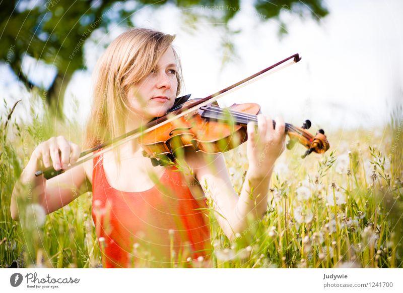 Konzert im Grünen Mensch Frau Kind Natur Jugendliche Pflanze Sommer Junge Frau Sonne ruhig Freude 18-30 Jahre Erwachsene Umwelt natürlich feminin
