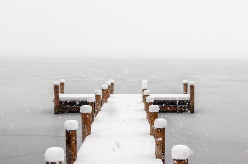 Leerer Pier an einem kalten nebeligen Wintermorgen Natur weiß Landschaft Schnee grau Zufriedenheit Wetter ästhetisch Klima Europa Schönes Wetter Italien Brücke