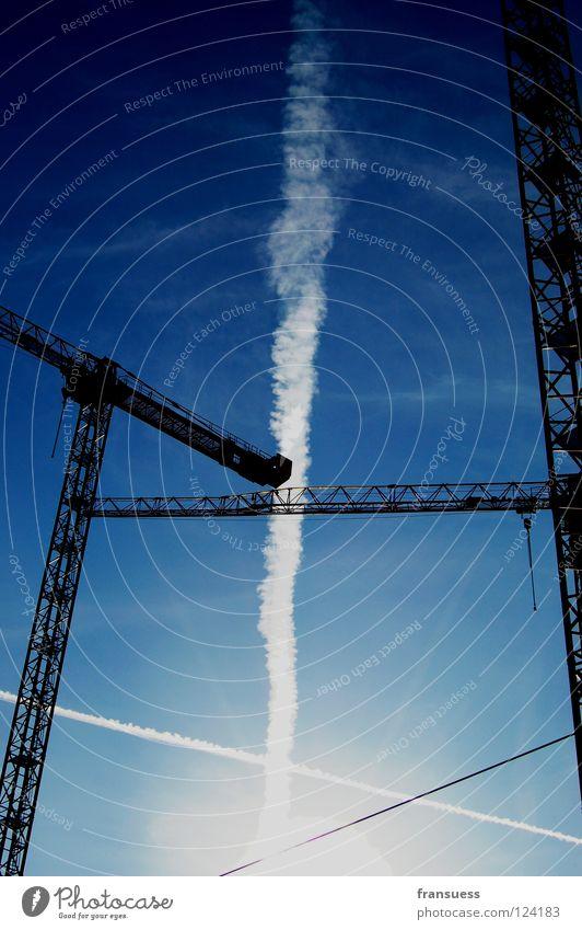 schnittmengen Kran Licht Kondensstreifen Streifen Geometrie weiß Baustelle kreuzen Himmel blau Linie Haarschnitt Achse bauen