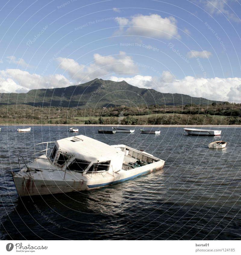 gestrandet Wolken weiß Wald Hügel Sträucher Mauritius Zuckerrohr Meer Wasserfahrzeug Fischer kaputt Kapitän Ferien & Urlaub & Reisen Strand Küste Himmel blau
