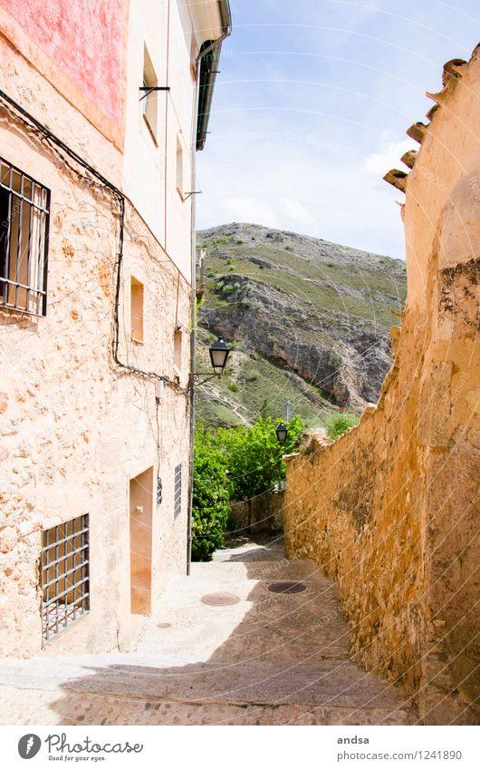 Cuenca Natur Landschaft Himmel Schönes Wetter Baum Sträucher Hügel Felsen Spanien Dorf Kleinstadt Altstadt Menschenleer Haus Mauer Wand Treppe Fenster