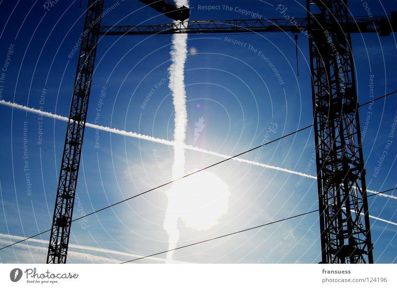 kreuzungen Himmel weiß Sonne blau Linie Baustelle Streifen bauen Geometrie Kran blenden Haarschnitt kreuzen Kondensstreifen Achse