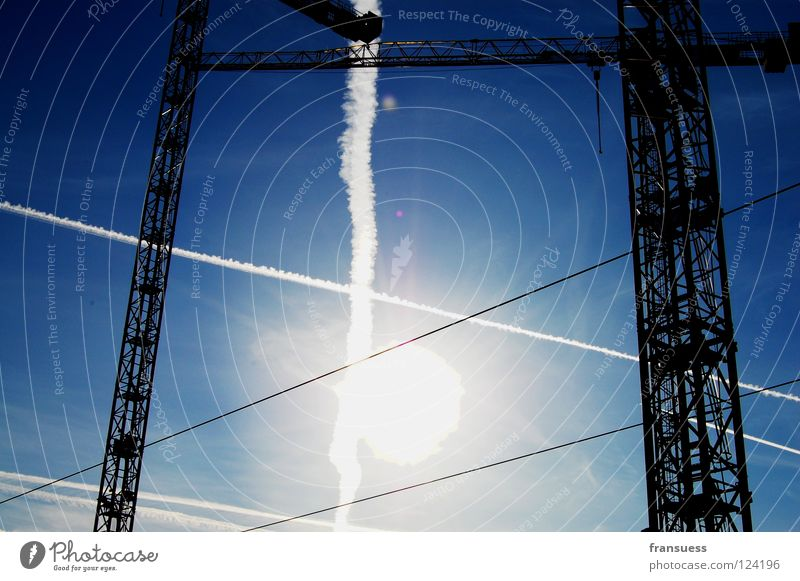 kreuzungen Kran Licht Kondensstreifen Streifen Geometrie weiß Baustelle kreuzen Sonnenlicht blenden Himmel blau Linie Haarschnitt Achse bauen