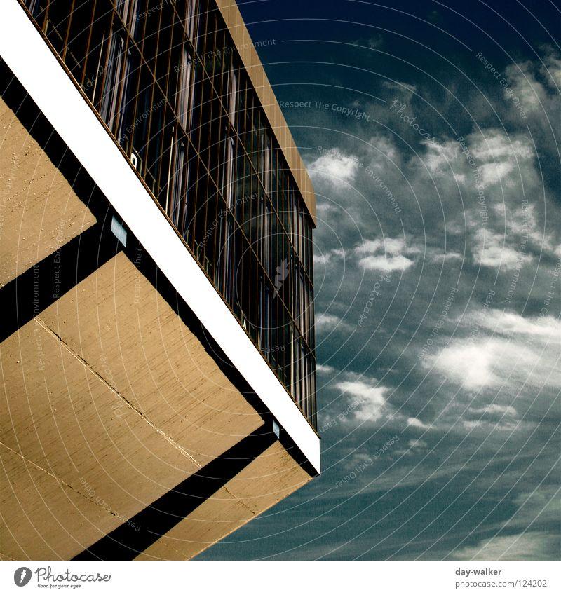 Traumfabrik Fabrik Gebäude streben Fenster Sockel Beton Vorhang Sporthalle Wolken Sonnenlicht Schatten Reflexion & Spiegelung Wahrzeichen Denkmal Himmel