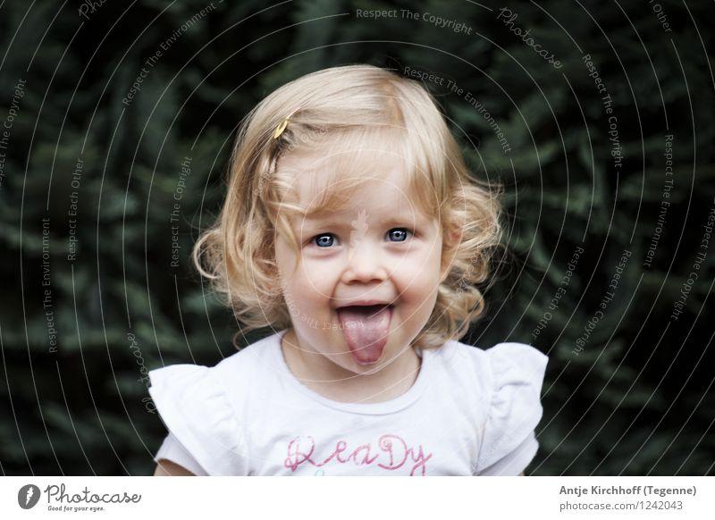 Bähhhhhhhh Mensch feminin Kind Kleinkind Mädchen 1 1-3 Jahre schön klein lustig grün Farbfoto Gedeckte Farben Außenaufnahme Tag Porträt Blick