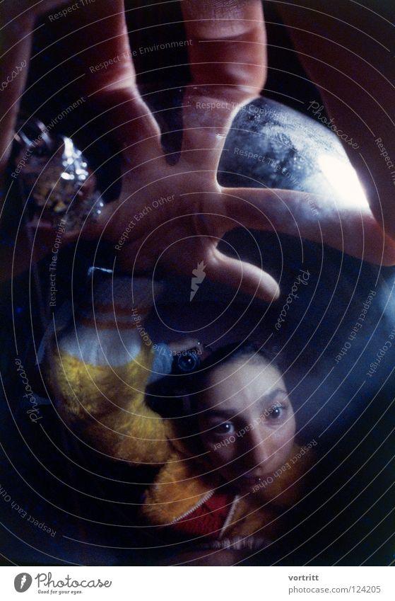 flashback Frau Licht Dia analog Hand Reflexion & Spiegelung dunkel Hexe Zauberei u. Magie hellsehen unheimlich Wölbung schwarz Angst Panik Dame Kugel space