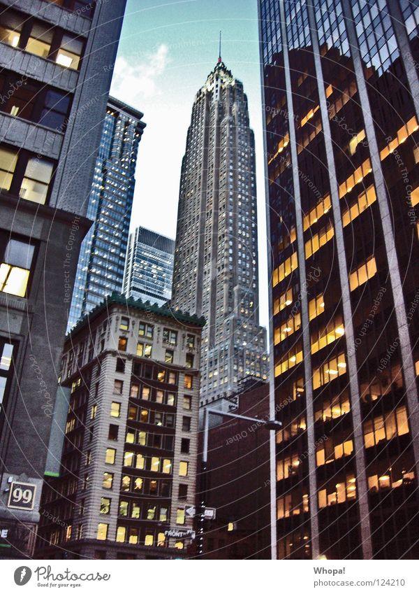 Schluchtz hoch Hochhaus groß Macht New York City