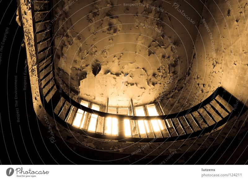 Open-Window-Phänomen veraltet Balkon trocken gruselig verfallen Einsamkeit schäbig Tag