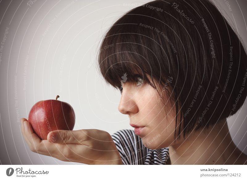 pomme Frucht Apfel Gesundheit Junge Frau Jugendliche Erwachsene rot Vitamin Porträt Gesunde Ernährung Bioprodukte brünett Profil 18-30 Jahre