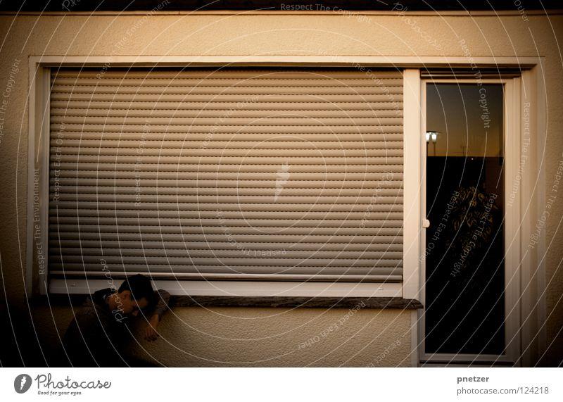 Mute II Fenster Haus Rollladen dunkel Mann Trauer Denken hocken Wand kalt Kapuze Verzweiflung Ladengeschäft abdunkeln Traurigkeit nachdenken Tür Außenaufnahme