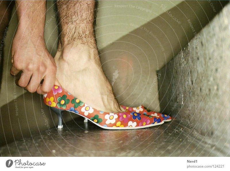 Hacken Mann Hand schwarz feminin Beine klein Fuß Schuhe Treppe Lifestyle Flur Versuch Identität Charakter Sexualität
