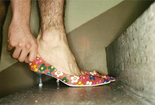 Hacken Schuhe Mann feminin Flur Hand Homosexualität Fuß Treppe anprobe Geschlecht mehrfarbig klein Muster Beine schwarz Treppenabsatz passen Versuch Männerbein