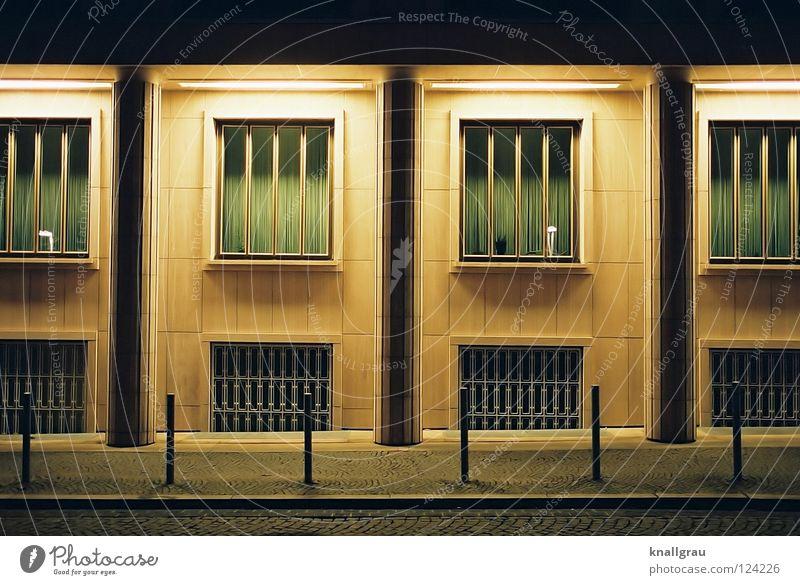 Grüne Vorhänge Vorhang grün ausgebleicht Gitter Fenster Fassade Steinplatten Beleuchtung Nachtlicht Abenddämmerung leer Menschenleer dunkel Lichtspiel Gebäude