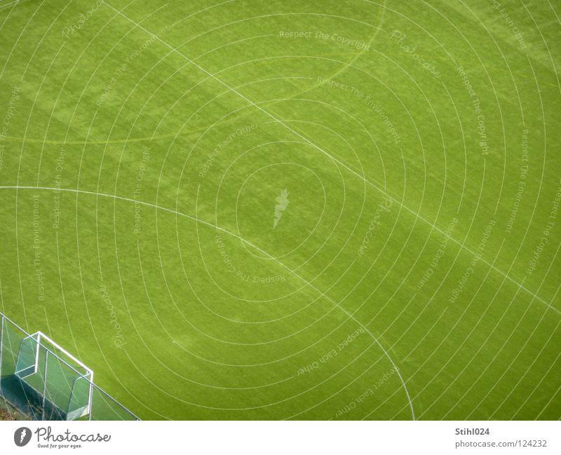 Platz da! Sportplatz Fußballplatz Wiese Gras Fußballtor Mittellinie Elfmeter Strafraum Pause grün gepflegt Vogelperspektive Zaun leer Ferne Einsamkeit diagonal