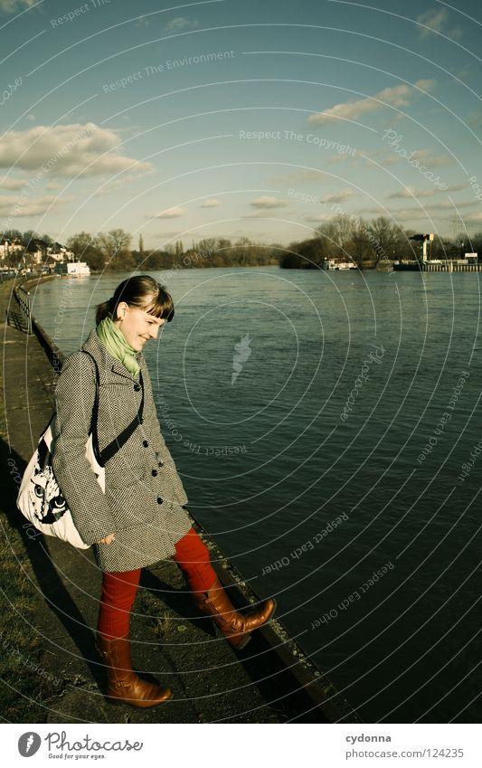 Am Ufer entlang Main Frankfurt am Main Ereignisse Ferien & Urlaub & Reisen entdecken Erholung genießen Aktion Gewässer Frau Tasche Mantel Horizont Wolken schön