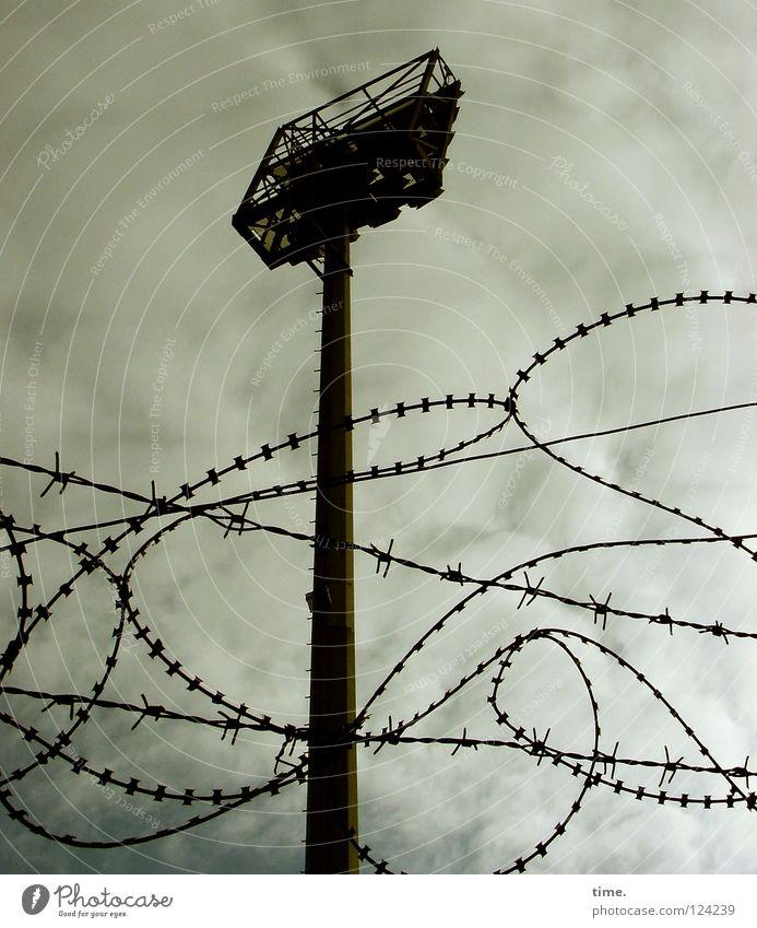 Millerntor Backstage (II) Himmel Wolken dunkel Sicherheit Ecke gefährlich rund Schutz Laterne Verkehrswege Zaun Unwetter Strommast Säule Scheinwerfer Schleife