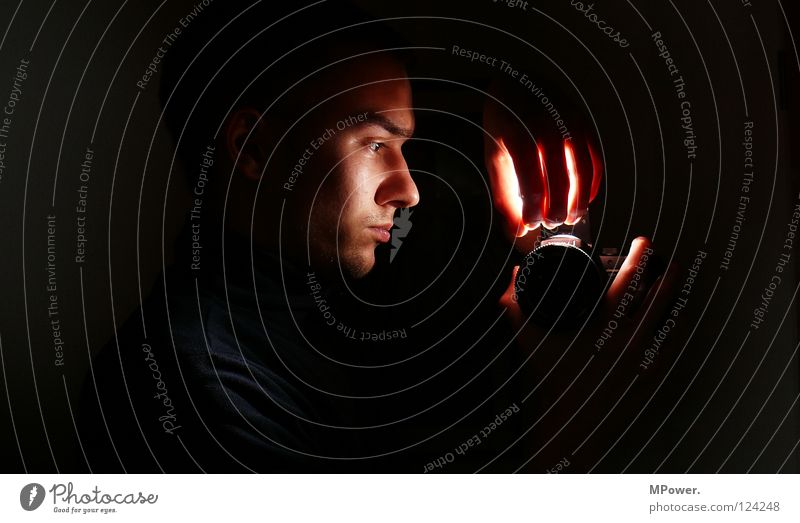 Darkroom dunkel Licht schwarz erleuchten Spiegel Spiegelbild Nacht Fotolabor Hand Leuchtrakete obskur dark Schatten Gesicht Lampe darkness face Kopf