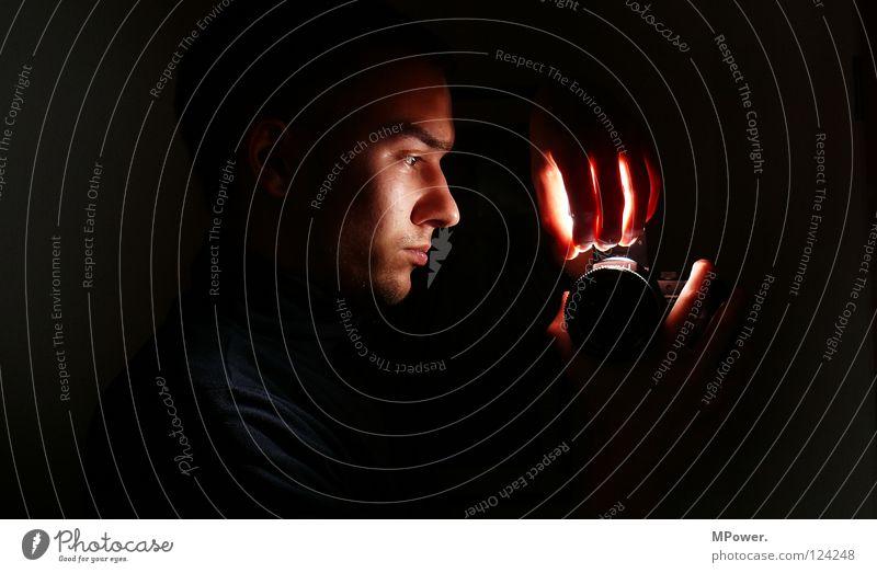 Darkroom Hand Gesicht schwarz Lampe dunkel Kopf Spiegel obskur erleuchten Spiegelbild Fotolabor Leuchtrakete