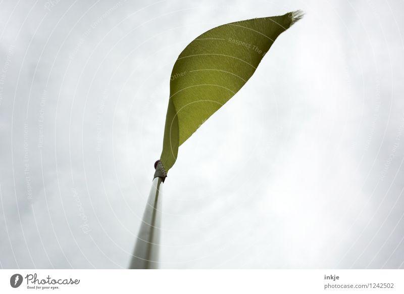 Brise Himmel Wolken Klima Wetter Wind Dekoration & Verzierung Fahnenmast Stoff oben gelb grau wehen flattern ausgefranst bedeckt Vor hellem Hintergrund Farbfoto