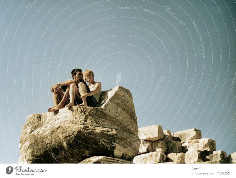 Willst du mit mir gehen? Mensch Himmel alt blau Ferien & Urlaub & Reisen gelb Erholung Liebe Freiheit Glück Stein Paar Freundschaft Zufriedenheit blond Wind