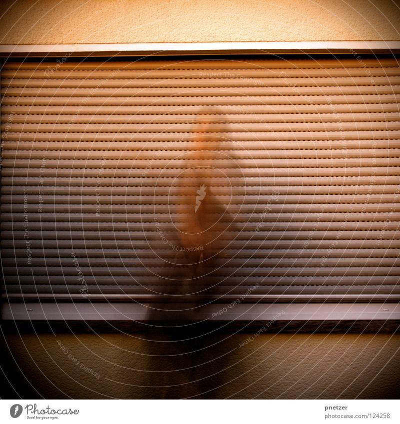 50: Mute III Fenster Haus Rollladen dunkel Mann Trauer Denken hocken Wand kalt Kapuze Freude Ladengeschäft abdunkeln Traurigkeit nachdenken Tür motion blur