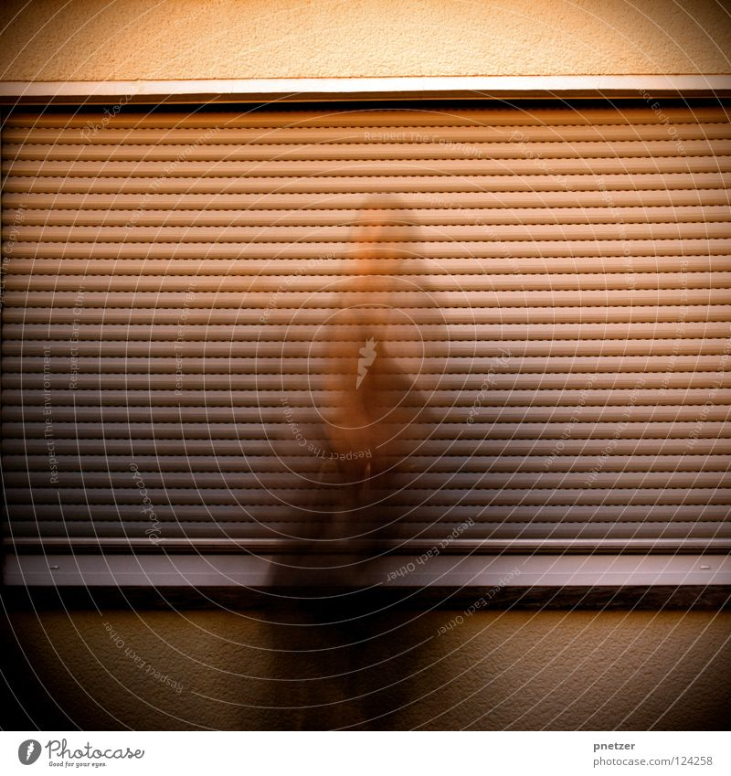 50: Mute III Mann Freude Haus kalt dunkel Fenster Wand Bewegung Traurigkeit Denken Tür Trauer Ladengeschäft Kapuze hocken Rollladen